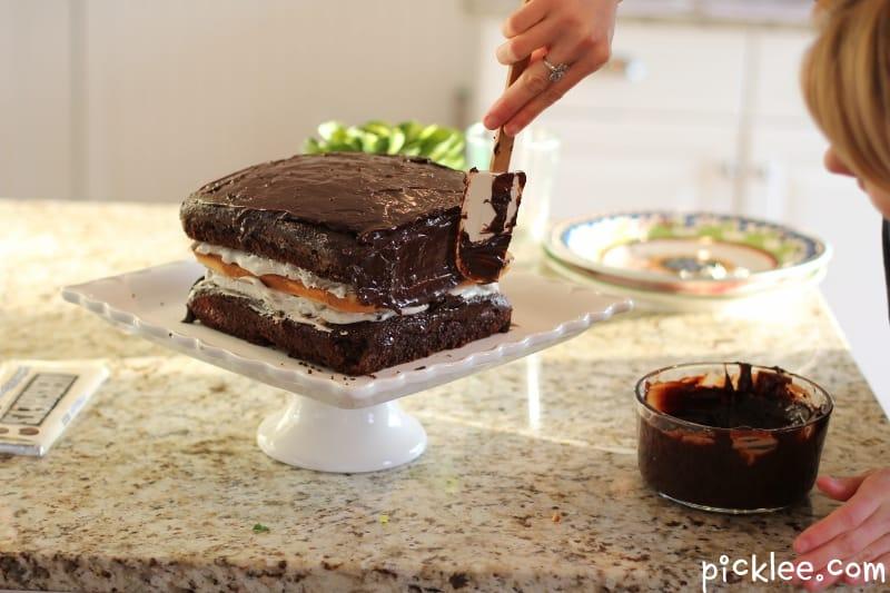 Oreo-cream-ganache-cake-frosting
